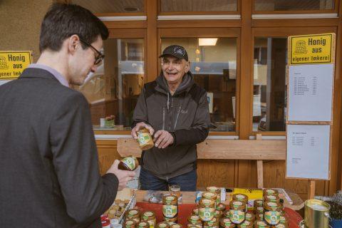 Norbert Walter, Rentner und Imker im Nebenerwerb, verkauft seinen Honig auf dem Markt in Ebnet und zeigte Martin Horn, welche besonderen Sorten er im Angebot hat.