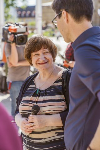 Irina Katz, Vorstand der israelitischen Gemeinde Freiburg, lud zur Diskussion am Wahlkampfstand von Martin Horn ein.