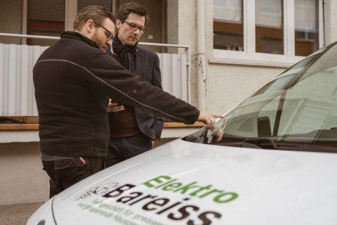 """Florian Albrecht, Geschäftsführer von Elektro Bareiss (Familienunternehmen seit 48 Jahren), beschrieb die Parksituation vor Ort für seine Lieferwägen: Er bekommt keinen """"Anwohnerparkausweis"""" für seine gewerblichen Fahrzeuge. Nach langem Hin und Her bekam  er einen Parkberechtigungsausweis für 2 Fahrzeuge, er darf aber nur eines gleichzeitig vor der Tür parken."""