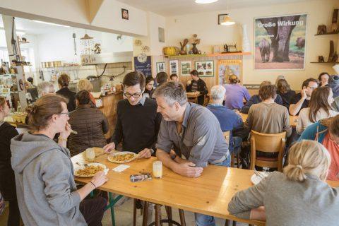 Arne Biecker (u.a. EHC Sprecher), Florian Freutel und Martin Horn beim Mittagessen in Anuras Elefant im Stühlinger.