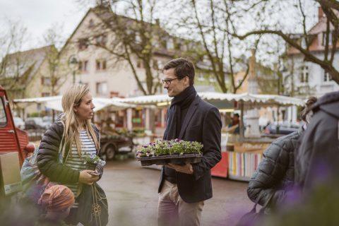 Auf dem Herderner Wochenmarkt verteilte Martin Horn ''Hornveilchen'' an die Besucher*innen des Marktes.