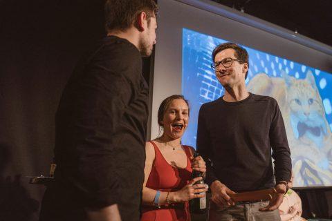 Maria-Xenia Hardt und Jonathan Löffelbein, das Moderationsteam mit Martin Horn am Feixen.