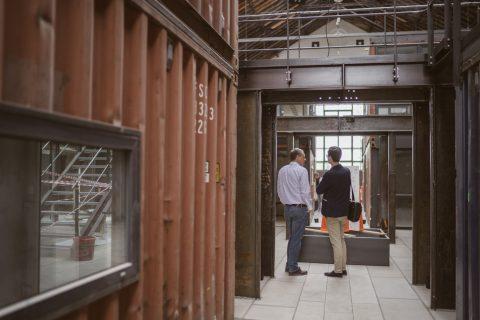 Lars Bargmann, Chefredakteur des Chilli, zeigte Martin Horn die Lokhalle mit den neuen Containern. Ein Projekt u.a. mit der FWTM und dem Grünhof.