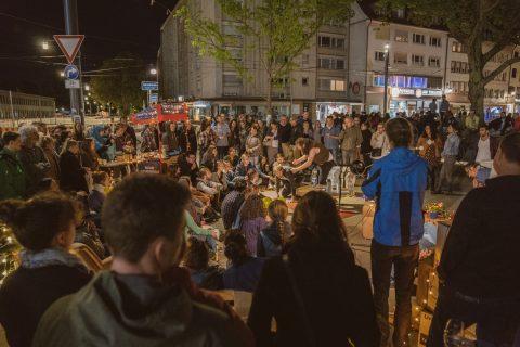 Freiburg ist Kultur- und Wissenschaftsstadt am Oberrhein! Zentrum der Vielfalt und des Austausches. Mit Gedichten, Improvisations- und Theaterkunst wurde das am Infostand bekräftigt. Das Spielzimmer Freiburg ''Gretchen 89 ff.'' hatte eine Stunde großartige Kunst präsentiert.