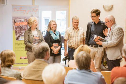 Gerlinde Kurzbach & Carola Schark haben ihr Buch ''Freiburg zu Fuß'' vorgestellt. Martin Horn bekam auch ein Exemplar von Verleger Ernst Lavori überreicht.