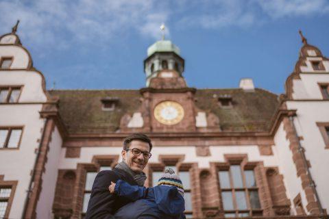Martin Horn vor dem Freiburger Rathaus