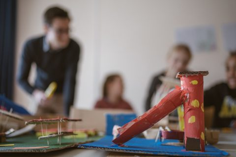 Joe Evers organisiert mit seiner Cogo gGmbH Ferienprogramme - die Kinder gestalteten Traum-Spielplätze und Traum-Schwimmbäder. Interessante Modelle!