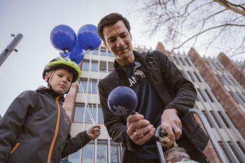 Mehr-Gemeinsam-an-der-Dreisam-Luftballons für die Kinder und Espresso für die Großen. Ein Wohnzimmer-Info-Stand mit Sesseln, Teppich, Beistelltisch und Lampe liesen aktiv an die teilweise irrwitzig hohen Mietpreise erinnern.