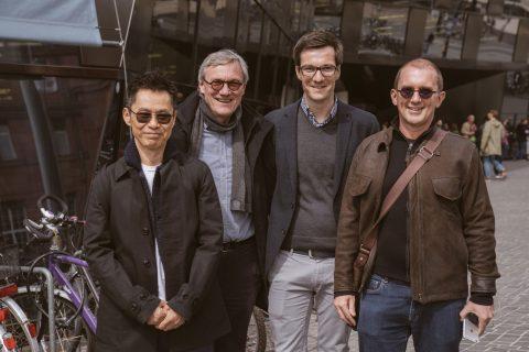 Architekt Mun Summ Wong (1.v.l.) und und Richard Hussell aus Singapur (Büro: M&H / Singapore) besuchten Freiburg – Martin Horn ließ es sich nicht nehmen, mit ihnen über Städtebau und Architektur zu reden. Danke Wulf Daseking (2.v.l.) für den Kontakt.