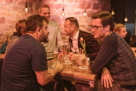 """Abends fand die Kneipentour statt und das Team Horn verteilte Infomaterialien und besuchte Kneipen und Bars. Der Besitzer von """"Erste Liebe"""" in der Kaiser-Joseph-Straße unterhielt sich angeregt über das Nachtleben mit Martin Horn."""