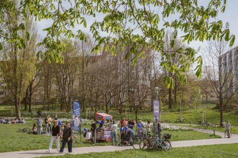 Infostand im Seepark Gelände mit großem Zulauf an dem herrlichen Frühlingstag.