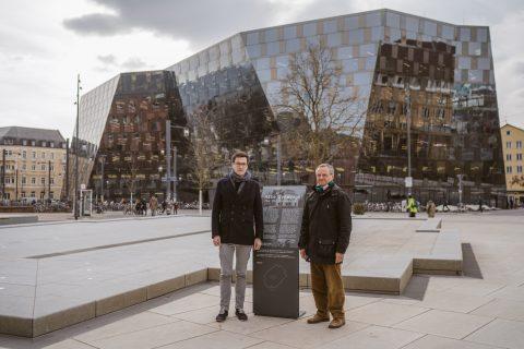 Sprecher der Nachkommen der Mitglieder der damaligen israelitischen Gemeinde Freiburgs Herr Blum und Martin Horn auf dem Platz der alten Synagoge