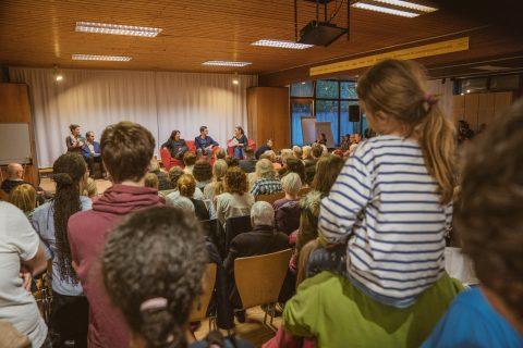 """""""Heiße Kautsch"""" im EBW in Weingarten – volles Haus – viele Lacher und hoffentlich eine gute Möglichkeit zur Einschätzung der Kandidierenden für die Menschen die gekommen sind."""