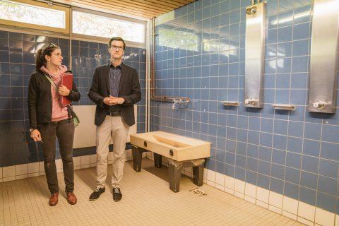 Der Elternbeirat der Schneeburgschule in St. Georgen zeigte Martin Horn, gemeinsam mit Rektor Schmidt-Riese, die Situation der Toilettenanlagen, Turnhalle und die Räumlichkeiten vor Ort.