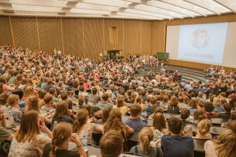 """""""WG Zimmer frei"""" – ein Format der Landeszentrale für politische Bildung war eine Podiumsdiskussion vor rund 1200, überwiegend jungen, Leuten im Audimax der Universität. Selbst draußen standen noch viele weitere Menschen."""