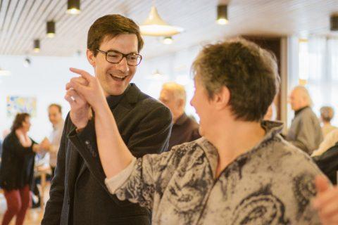 """""""Wir tanzen durch die Stadt"""" - In Kooperation mit der Tanzschule Gutmann bietet die AWO in ihren Seniorenwohnanlagen und Begegnungsstätten die Möglichkeit diverse Tanzschritte aufzufrischen. Man kann aber auch einfach nur die Musik genießen und bei einem Glas Bowle in Erinnerungen schwelgen."""