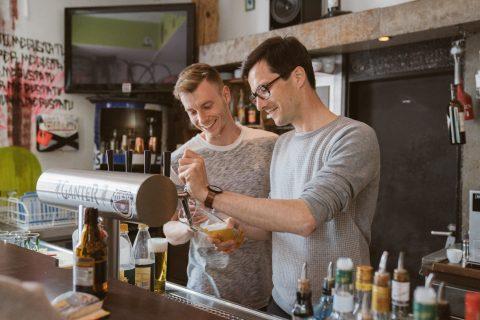 Erik Braun, Inhaber des Borso, zeigt Martin Horn die Feinheiten des Zapfhahnes. Er ist ein junger Unternehmer in der hart umkämpften Gastrobranche - über das und mehr haben wir gesprochen.