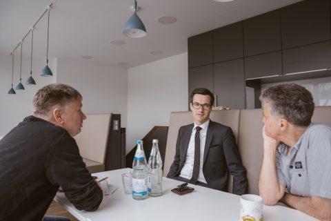 Joachim Röderer und Uwe Mauch interviewen Martin Horn für die Badische Zeitung in ihren Räumen.