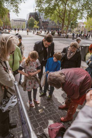 Das Projekt Stolpersteine in Freiburg will den Verfolgten des Nazi-Terrors, die in dieser Stadt lebten, ihre Namen zurückgeben und an  ihr Schicksal erinnern.  Marlis Meckel, Initiatorin in Freiburg, veranstaltete eine Führung für Martin Horn, der daraufhin öffentlich einlud. Irina Katz war auch anwesend.