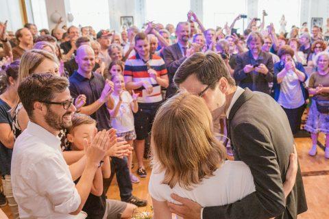 Martin Horn küsst seine Frau Irina und wird von der Menge bejubelt. Freiburg bekommt ab dem 1. Juli einen neuen Oberbürgermeister!