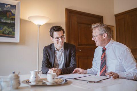 Urkundenübergabe ''Martin Horn wird zum Amtsverweser der Stadt Freiburg ernannt'' durch ersten Bürgermeister Ulrich von Kirchbach. Ein Amtsverweser trägt die Bezeichnung Oberbürgermeister und hat alle Rechten und Pflichten eines Oberbürgermeisters (bis auf das Stimmrecht im Gemeinderat). Sobald das Wahlanfechtungsverfahren abgelehnt wird, wird Martin Horn das Amt des Oberbürgermeisters bekommen. | 29. Juni 2018