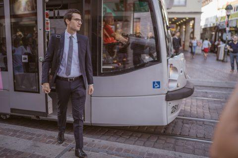 Erster Arbeitstag beginnt mit der Straßenbahnfahrt ins Rathaus. | 2. Juli 2018