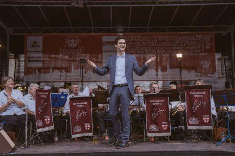 Martin Horn dirigiert die ''Rathausmusik'' auf dem Rathaushock der Breisgauer Narrenzunft | 9. Juli 2018