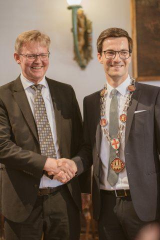 Gratulation und Überreichung der Oberbürgermeisterkette nach der Vereidigung durch den Ersten Bürgermeister Ulrich von Kirchbach im Kaisersaal des historischen Kaufhauses | 2. Juli 2018