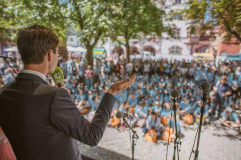 Die Internationale Deutscholympiade (IDO) ist zu Gast in Freiburg - herzlich willkommen! Die vom Goethe-Institut und vom Internationalen Deutschlehrerinnen- und Deutschlehrerverband (IDV) organisierte Internationale Deutscholympiade soll junge Menschen aus dem Ausland für die deutsche Sprache, Wissenschaft und Kultur begeistern. Rund 13 Millionen Schülerinnen und Schüler mit Deutschunterricht sind weltweit zum größten Wettbewerb der deutschen Sprache eingeladen. In den nationalen Vorrunden haben sich über 140 Deutschlernende im Alter von 14 bis 17 Jahren aus rund 70 Ländern qualifiziert und werden von Lehrer*innen aus der ganzen Welt begleitet. | 16. Juli 2018