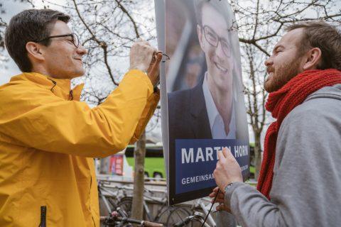 Selbst ist der Kandidat: Martin Horn ließ es sich nicht nehmen und plakatierte gemeinsam mit einem großen Team Freiburgs Straßen. Daniel Becker, Juso-Vorsitzender in Freiburg, half auch tatkräftig mit.